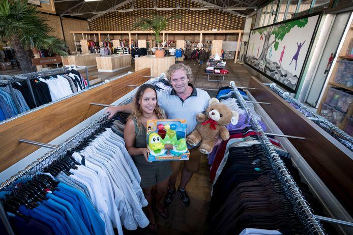 Maurice en Mirella van der Ven in de hal vol kleding, schoenen en cadeautjes.