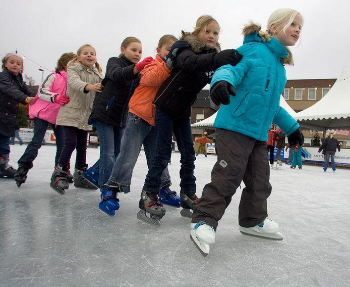Leerlingen van basisscholen uit Valkenswaard en Waalre op de ijsbaan op de Markt, tijdens een eerdere editie.