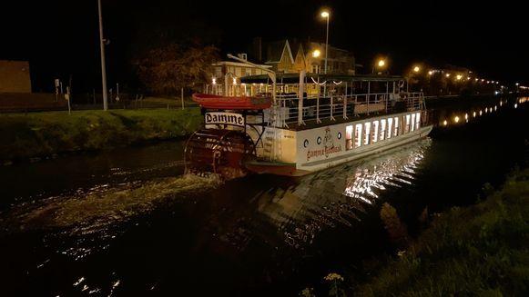 Toeristenboot Lamme Goedzak ligt opnieuw op de Damse Vaart.