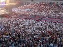 Fans steken duizenden vellen in de lucht met de tekst You Make Me Strong tijdens het nummer Strong.