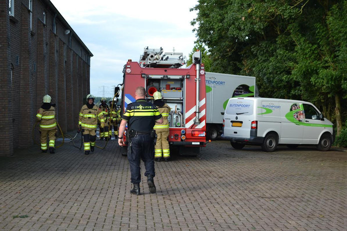 De brandweer hoefde niet te blussen, maar heeft de smeulende boiler gedoofd en het pand geventileerd.