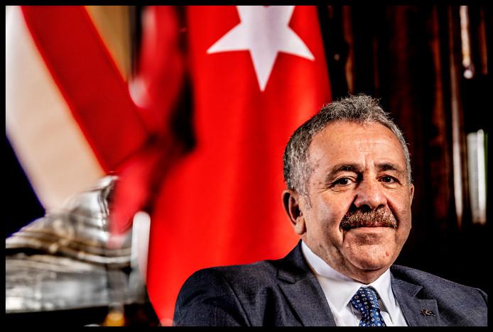 Portret van de Turkse ambassadeur in zijn werkkamer
