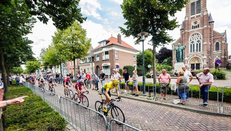 Froome laat zich zien aan het publiek in Etten-Leur. 'Ik was wel toe aan wat kort en explosief werk.' Beeld Jiri Buller / de Volkskrant