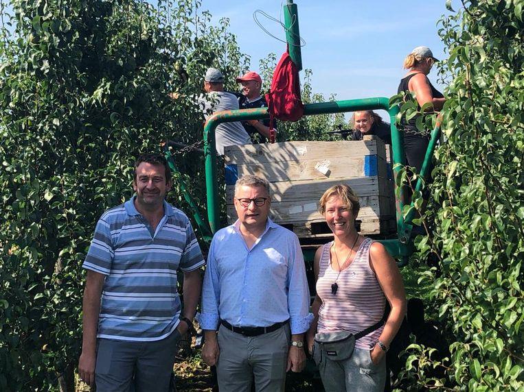Bezoek minister Van den Heuvel aan fruitbedrijf Borgugnons.