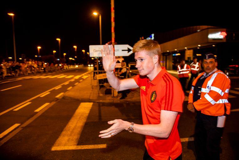 Kevin De Bruyne zwaait naar de fans bij het verlaten van de luchthaven.