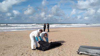 Kind uitgeput aangetroffen op Spaans strand, vermoedelijk enige overlevende van gezonken bootje met tien migranten
