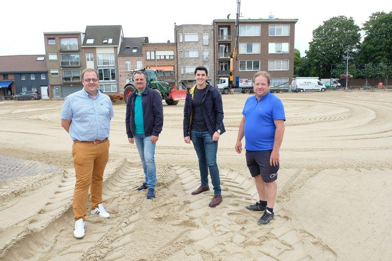 Van links naar rechts: burgemeester Tom De Vries (Open Vld), sportambtenaar Guy De Wachter, Jordy Kennes van de dienst Vrije Tijd en coördinator Francky Leemans.