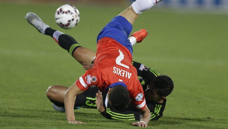 Alexis Sanchez maakt een spectaculaire buiteling over een tegenstander.