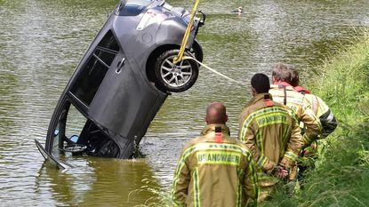 Stilstaande auto bolt van afrit in vestingwater