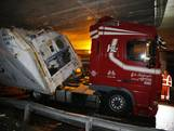 Vrachtwagen rijdt zich klem onder viaduct A27 bij Hank