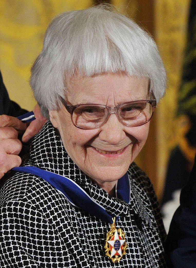 Harper Lee krijgt de presidentiële vrijheidsmedaille in 2007 van toenmalig president George W. Bush. Beeld afp