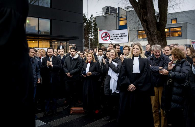 Advocaten voeren actie bij de rechtbank in Amsterdam tegen de plannen van minister Sander Dekker. Beeld ANP