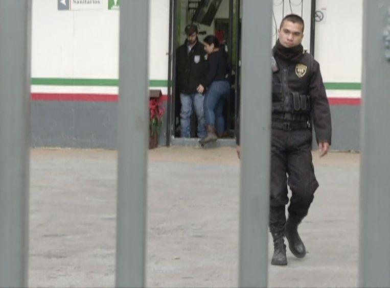 Ethan Couch wordt door het detentiecentrum in Guadalajara geleid.