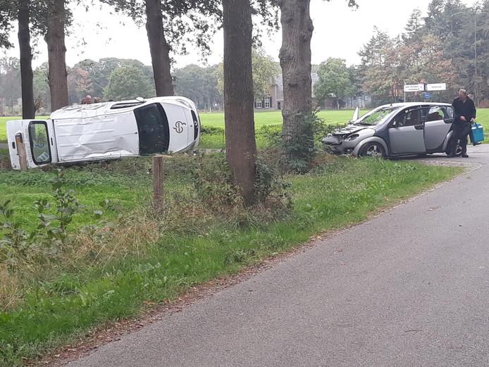 Op de kruising van Meerdinkweg met de Holdersweg in Winterswijk botsten twee auto's tegen elkaar.