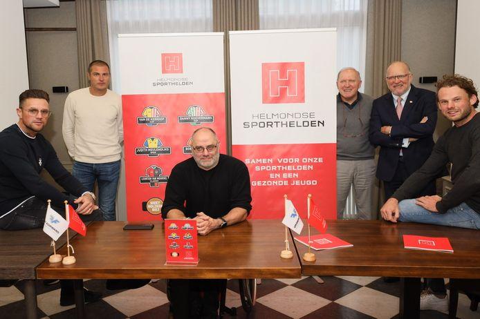 De presentatie van de Helmondse sporthelden, waar Leontien van Moorsel ontbrak. Van links naar rechts: Nieky Holzken, Danny Koevermans, Pieter Gruijters, René en Willy van de Kerkhof en Bob de Voogd.
