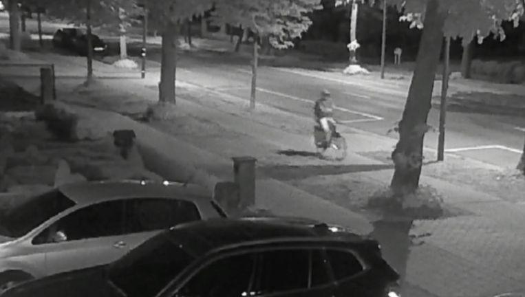 De verdachte liet zich ook al fietsend filmen.