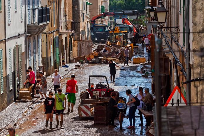 Inwoners van het eiland Mallorca ruimen de plaats Sant Llorenc op na de overstroming.