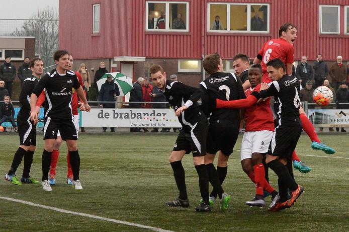 Archiefbeeld: Simon van Zeelst van JVC komt het hoogste tegen HSC'21 maar de bal gaat aan iedereen voorbij.