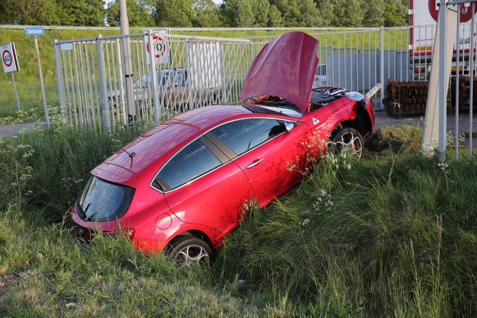 Bij Oud Gastel zijn twee mannen gewond geraakt bij een ongeluk.