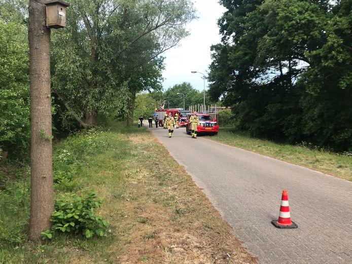 De brandweer in Ede na de vondst van de vaten langs het fietspad.