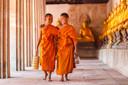 Jonge monniken in een tempel in de provincie Ayutthaya, Thailand