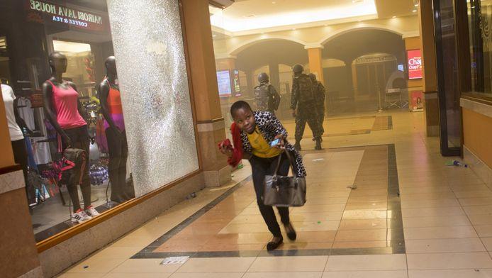 Een vrouw zoekt een veilig heenkomen terwijl de aanval in winkelcentrum Westgate in Nairobi in volle gang is.