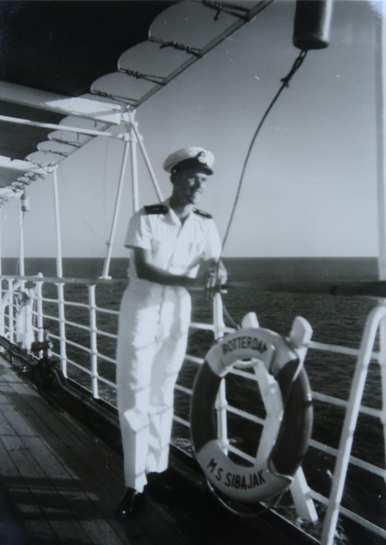 Eenmaal kwam Leendert in zijn oude buurt, in 1957 toen hij op de MS Sibajak als assistent-scheepsarts een reis van drie maanden maakte om emigranten naar Australië en Nieuw-Zeeland te brengen en Indonesische Nederlanders te repatriëren naar Nederland. Beeld