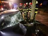 Man rijdt tegen boom in Rijen en raakt bekneld, maar loopt na bevrijding de auto uit