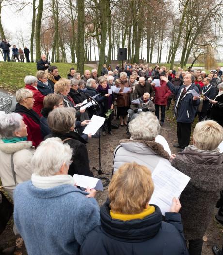 Het lied van De Lofstem klinkt bij herdenking in Elburg van busramp op Duitse snelweg