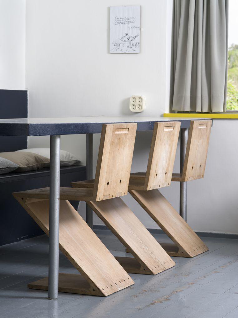 De originele houten zigzagstoelen zijn tijdens de Tweede Wereldoorlog door militairen gebruikt als brandhout. Dit zijn replica's ervan. Beeld Arjan Bronkhorst