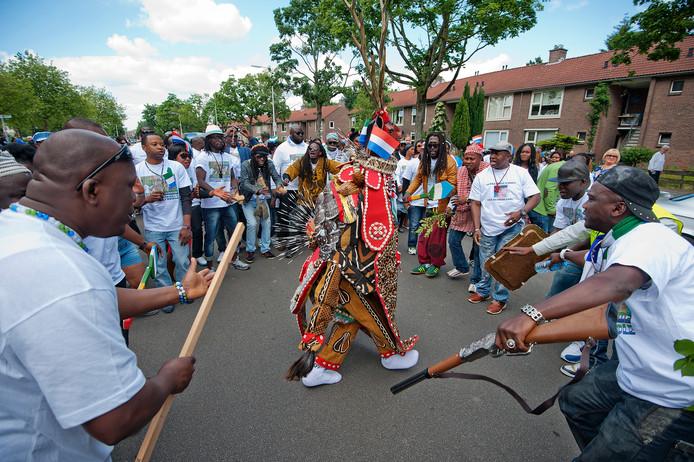 Activiteiten zoals de drakendans van een gemeenschap uit Sierra Leone moeten via de site makkelijker gepromoot worden