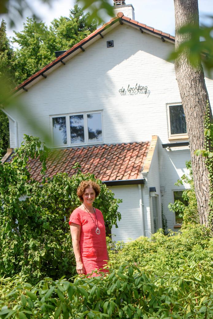 Henriette Deckers voor haar huis met de naam 'De Lochting'