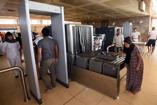 Veiligheidspoortjes op het vliegveld van Sharm el-Sheikh in Egypte.