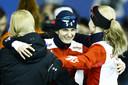 Martina Sablikova krijgt de felicitaties na haar titel bij WK allroundschaatsen.