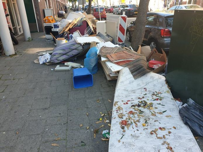 Afval op straat in de wijk Transvaal