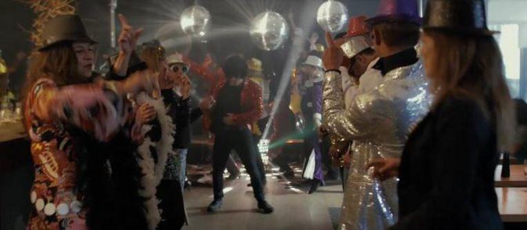 In een filmpje danst het personeel op het nummer 24K Magic van Bruno Mars.