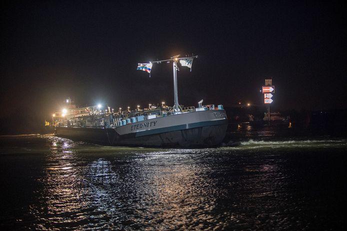Zennewijnen 14/12/2019 Binnenvaartschip Eternity vastgelopen op rivier De Waal iov Gelderlander foto Raphael Drent