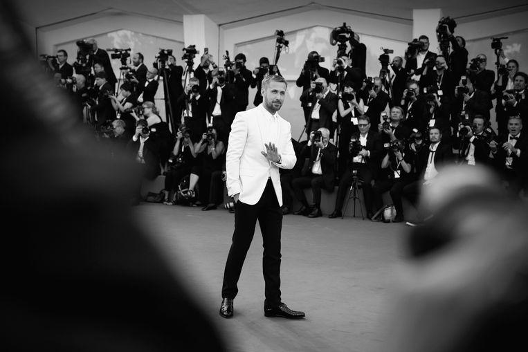 First Man-acteur Ryan Gosling op de rode loper in Venetië.  Beeld Getty Images