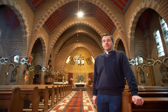 Pastoor Frits Ouwens in de kerk van Vorstenbosch