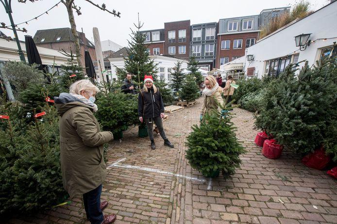 Kerstbomenverkoop op het terras van restaurant Olijf op het Korenbeursplein in Tiel.
