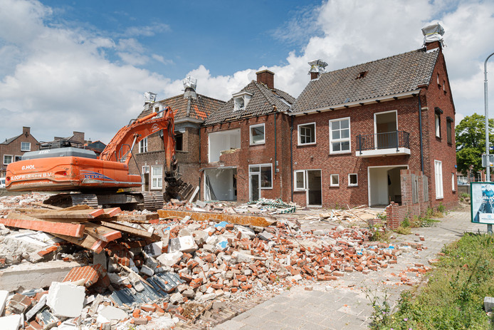 De sloopwerkzaamheden aan de Markt zijn dinsdag begonnen. Het zijn de laatste huizen die nog overeind stonden.