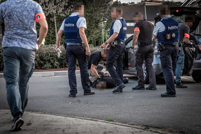 Een Nederlandse drugsdealer wordt na een achtervolging klemgereden in de Ossenblokstraat in Deurne, en daar in de boeien geslagen door het SRT.