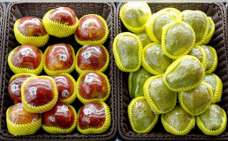 In plastic verpakt fruit in een supermarkt in Peking.  Beeld REUTERS