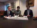 Mark Janssens (SDK Vastgoed), Pauline Snijders (Tilburg University) en Berend de Vries ondertekenen de intentie-overeenkomst.
