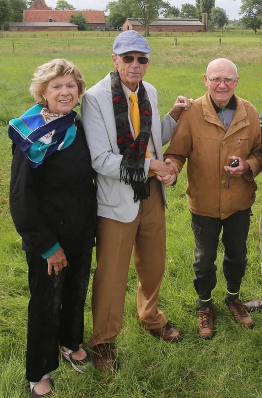 Julio Machado (midden), zijn partner Mary Ludwig en buurtbewoner Frans Wille, die de berging van het vliegtuig meemaakte.