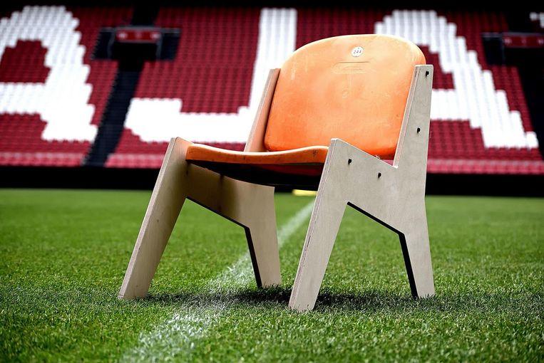 Een stadionstoel met houten onderstel. Beeld Daniëlle Klein