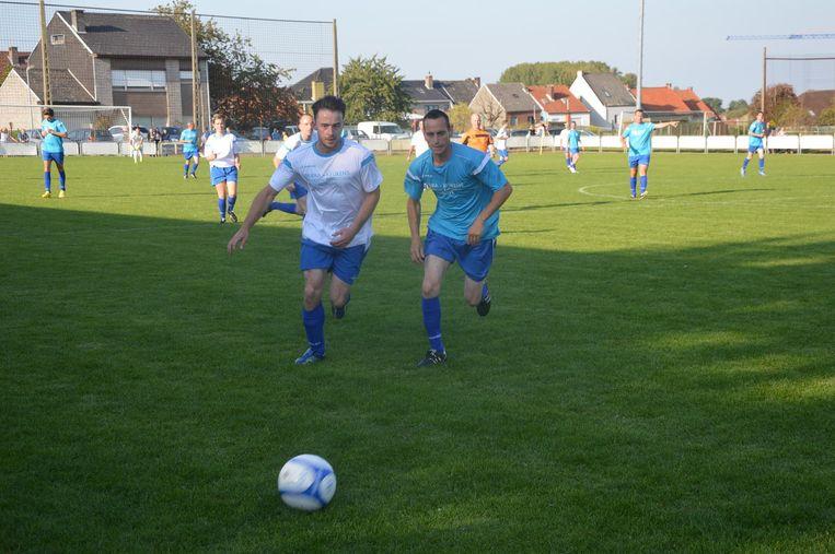 Zanger Dean (links) laat zijn voetbalkunsten zien.