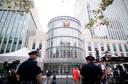 De wereldpers heeft zich opgesteld voor de rechtbank in New York waar drugsbaron Joaquin 'El Chapo' levenslang kreeg.