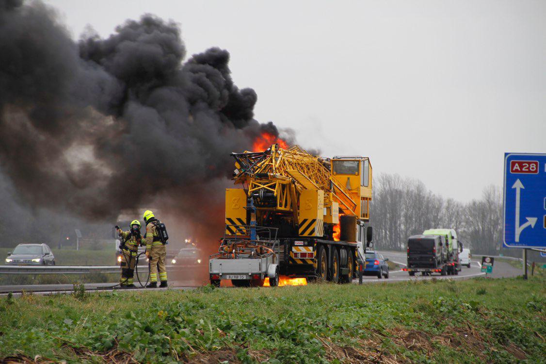 Een brandende kraanwagen op de A28 bij Putten veroorzaakt een wegversperring.