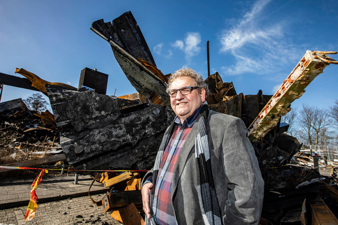 Peter Wielaart bij de trieste restanten van zijn zwembad De Boetzelaer. ,,Het kan: een nieuw zwembad in twee jaar.''
